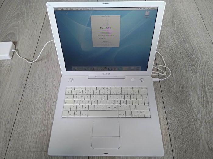 """Apple iBook G4 14""""- 933Mhz PowerPC G4 512MB RAM 120 GB harde schijf CD-RW/DVD - met lader - model nr A1055 - begin 2004  Apple iBook G4 14""""- 933Mhz PowerPC G4 512MB RAM 120GB HDD CDRW/DVD - met lader - model nr A1055 - begin 2004. De laptop is in gebruikte voorwaarde en werkt met een aantal kwesties.De RAM is opgewaardeerd van de originele 256MB tot 512MB.Neem een goede blik op de foto's te zien van de toestand van de iBook.Een 3e partij-oplader is inbegrepen.De laptop werkt perfect met 2…"""