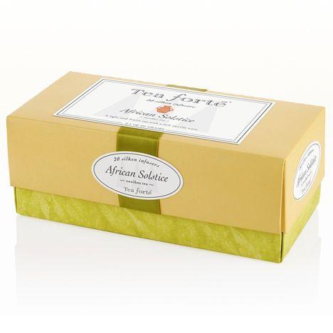 Ribbon Box / African Solstice - Bitki Çayı | Tea Forté  Saten kurdeleli paket içerisinde piramit formunda 20 adet ipeksi poşet çay bir arada... Kendinizi ödüllendirmek ve sevdiklerinize hediye etmek için harika bir seçim! African Solstice; antioksidan açısından zengin rooibos bitkisi, kuşburnu, yabanmersini, çiçekler ve bir parça vanilyanın birleşiminden oluşan bir bitki çayı harmanı. Güney Afrika'nın ruhunu taşıyan benzersiz bir lezzet.   Kafein içermez.