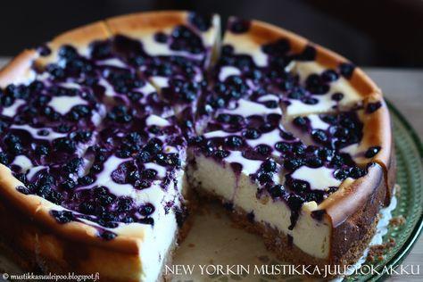 Kuten jo aikaisemmin kerroinkin, kesällä kerran tuli kokeiltua New Yorkin juustokakkua mustikoilla, Leila Lindholmin kirj...