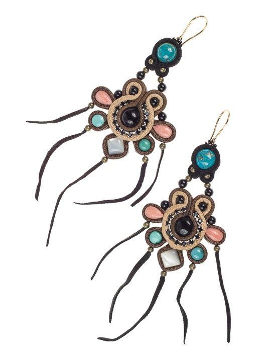 CHILULA - Kolczyki w stylu Boho wykonane techniką haftu soutache przy wykorzystaniu różnych odcieni i rodzajów skóry naturalnej (m.in. jasny beż, ciemny brąz, czarny zamsz) oraz kamieni półszlachetnych – onyks, turkus, koral, masa perłowa. Wykończone z tyłu naturalną skórką. Bigle z pozłacanego srebra.  Długość (bez bigli) 11cm W najszerszym miejscu 4cm
