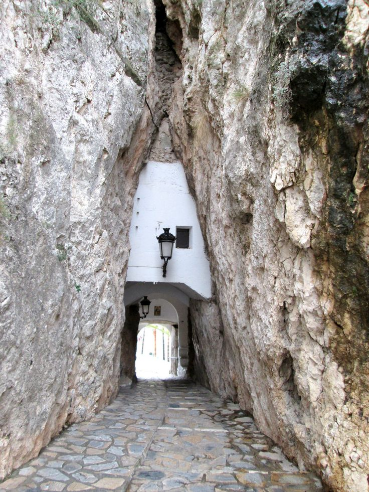 Entrada al casco antiguo. Entrance to old town (Guadalest, Alicante, Spain).