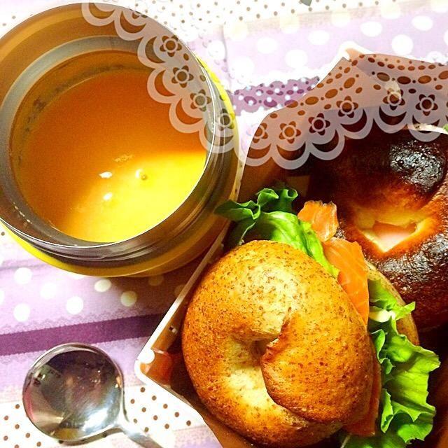 昨日焼いたベーグルでサンドイッチ♡ - 25件のもぐもぐ - 今日のお弁当。ベーグルサンド、スモークサーモンとクリームチーズ、パストラミとモッツァレラ。ニンジンポタージュと。 by 72Yu18