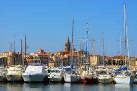 De stad Alghero ligt aan de westkust van Sardinië, in de provincie Sassari. Vanaf hier is het mogelijk om mooie boottochten te maken langs het eiland. http://www.canvasholidays.nl/campings/camping-in-italie/sardinie