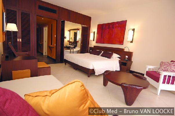 De luxe kamers in Club Med La Plantation d'Albion op Mauritius, inclusief bad op pootjes, ontbijtservice op de kamer en nog veel meer luxe faciliteiten en services.