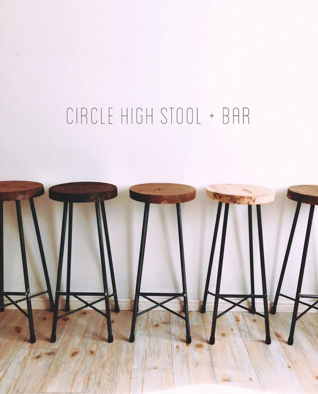 カウンターテーブル用に製作した足置きバー付きハイスツール。コンパクトなデザインですので、いくつか並べてお使い頂いてもスッキリまとまります。通常のスツール同様、natural、brown、dark brownの3色からお選びください。(ご注文の際、必ず備考...