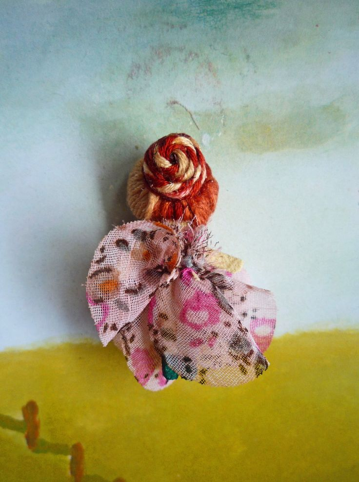 "Muñeca de trapo miniatura (1 1/2"") con vestido floral (espalda). Miniature rag doll (1 1/2"") with floral gown (back). By Georgina Verbena"