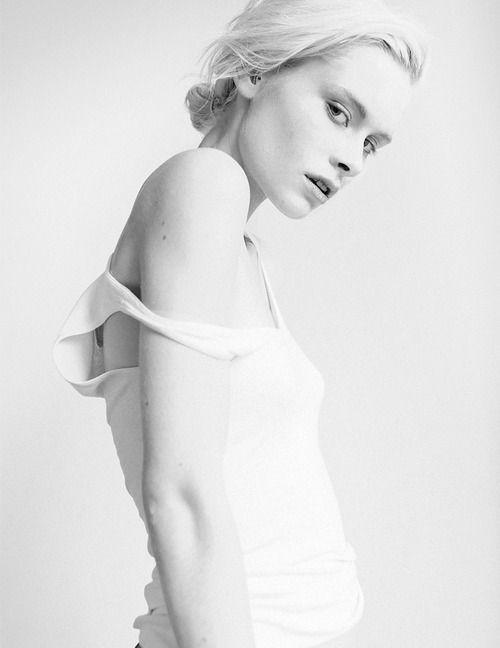 Bildergebnis für high key white backdrop photography woman