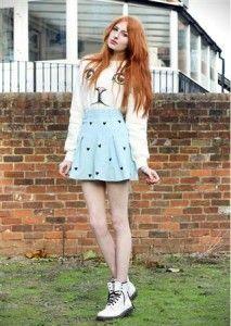 style dress dengan sepatu kets boot
