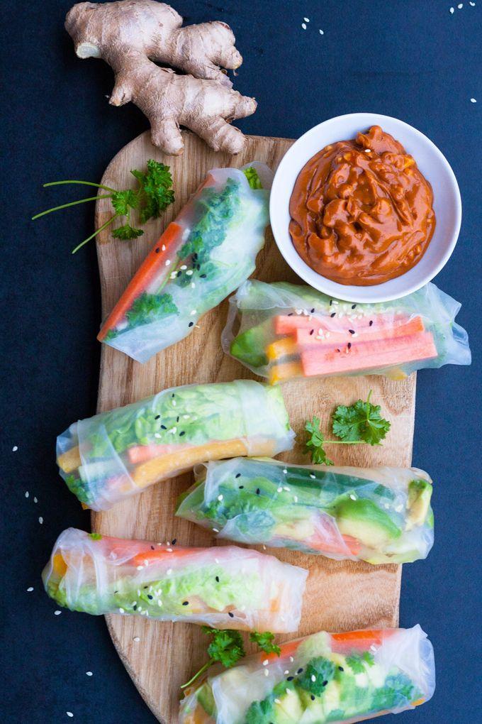 Summer Rolls mit schneller Erdnusssauce. Frisch, knackig und gesund! Perfekt als leichtes Abendessen und zum Mitnehmen - kochkarussell.com