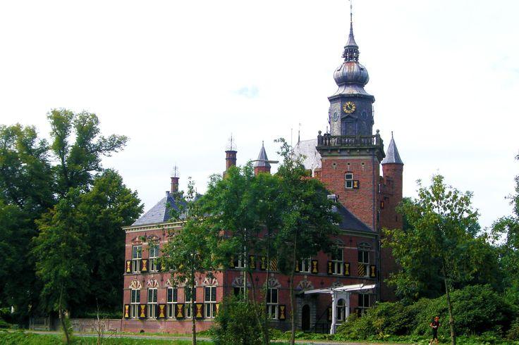 Kasteel Nijenrode aan de Straatweg werd gebouwd in het midden van de 13e eeuw en in 1907 ingrijpend gerestaureerd. Nu biedt het onderdak aan de Nijenrode Universiteit. Breukelen