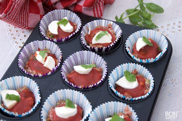 Waanzinnig lekkere gehaktmuffins met tomatensaus en mozzarella! Smullen voor groot en klein. Recept? Lees verder op BonApetit!