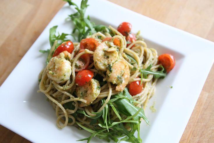 Dank meiner Freundin Franzi (auf Instagram @fraenzziiii), werde ich grünes Pesto nie wieder kaufen, sondern nur noch selber machen. Es war so lecker, frisch und hat sooo gut gerochen. Natürlich möchte ich euch das Rezept nicht vorenthalten. Der Fit Trio Fitnessblog wünscht euch viel Spaß beim Ausprobieren! Die Zutaten (für 2 Personen) 500 g Vollkornspaghetti 1 Tüte Pinienkerne 2 Knoblauchzehen Scampis (nach Bedarf) 150 ml Öl Cocktailtomaten Rucola Parmesan Basilikum Salz, Pfeffer ...