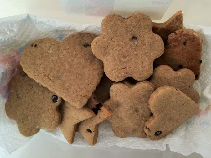 Frollini leggeri con aggiunta di gocce di cioccolato fondente a piacere - Ricetta Dessert : Biscotti con farina di castagne da ZiaChicca