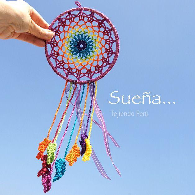 Atrapa sueños tejido a crochet... Lo hicimos en los colores del arcoíris! Paso a paso con video tutorial :) ༺✿ƬⱤღ  https://www.pinterest.com/teretegui/✿༻