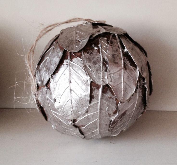Zilveren kerstbal of gewoon mooi als decoratie: piepschuim bol beplakken met bladeren en zilver spuiten.