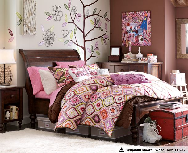 teen-bedroom-girls-idea-space-saver-design-decor-brown-pink-colorful-flowery-quilt-bedding-wall-decal-memo-board-design-color-study-nook-trundle-bed-trunk-shelf-pretty-inspiration.jpg (609×497): Girl Bedroom, Dream Room, Girls Bedroom, Girls Room, Bedrooms, Kid, Girl Rooms, Bedroom Ideas