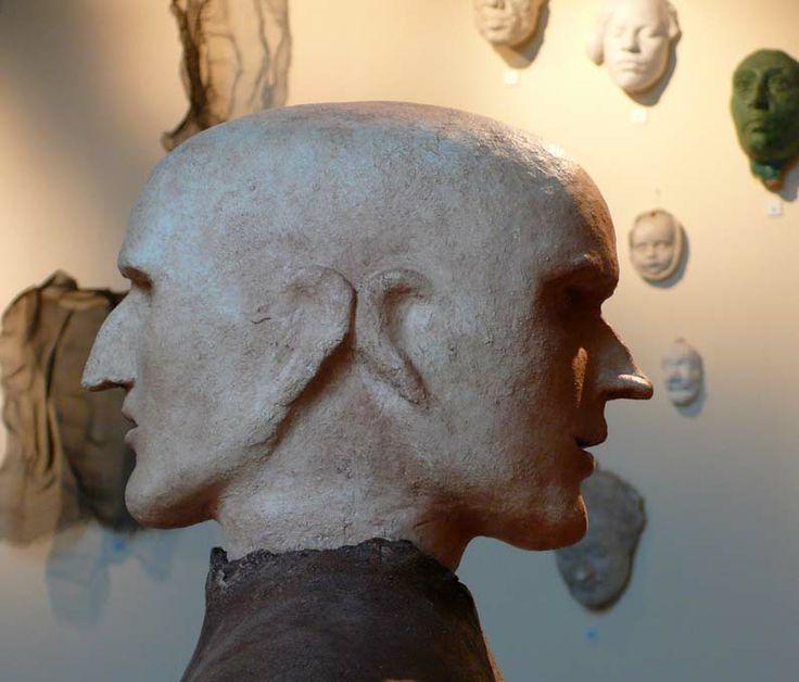 Dettaglio di una scultura bifronte di Giovanni Scardovi esposta a casa Varoli