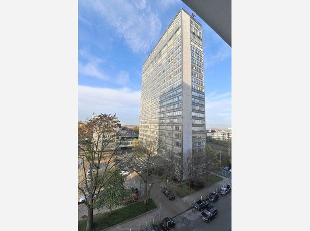 Das AEG-Haus an der Kruppstraße wird abgerissen. Die Projektentwickler Kölbl Kruse werden hier die Zentrale für die Schenker AG neu errichten.