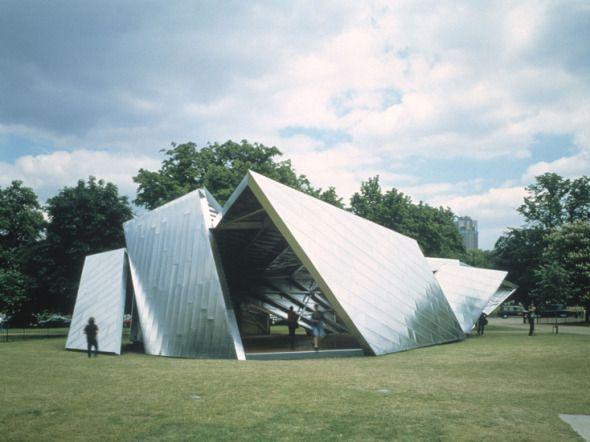 Desde+el+año+2000,+la+Serpentine+Gallery,+situada+en+los+Kensington+Gardens+de+Londres,+encarga+a+algunos+de+los+mejores+arquitectos+del+mundo+diseñar+pabellones+de+verano,+estructuras+erigidas+junto+a+la+propia+galería+y+con+una+vida+de+solo+tres+meses.