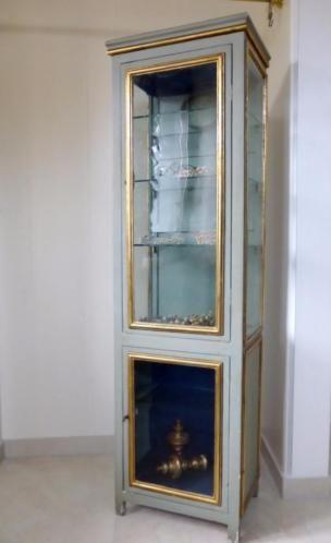 Prachtige antieke franse vitrinekast. Met 3 glazen planken in het bovenste gedeelte en 1 glazen plank in het onderste gedeelte. Heeft nog het originele oude 'bobbelige' handgetrokken antiek