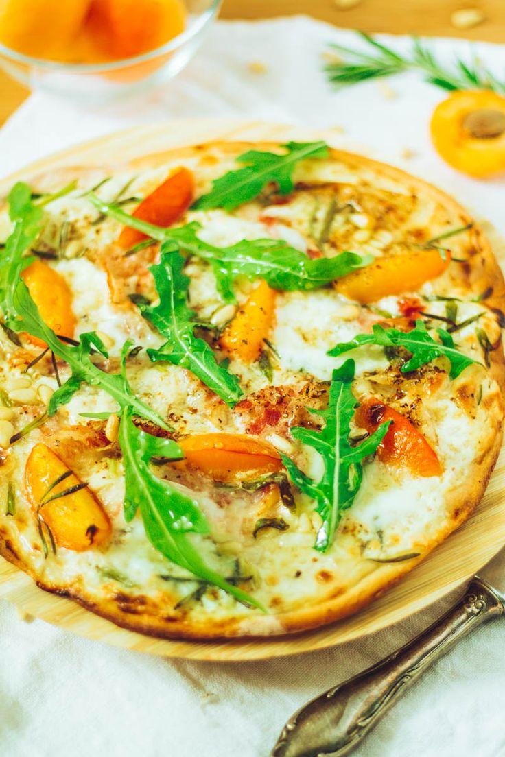 Leckerer Aprikosen-Mozzarella-Flammkuchen mit Pancetta und Rucola
