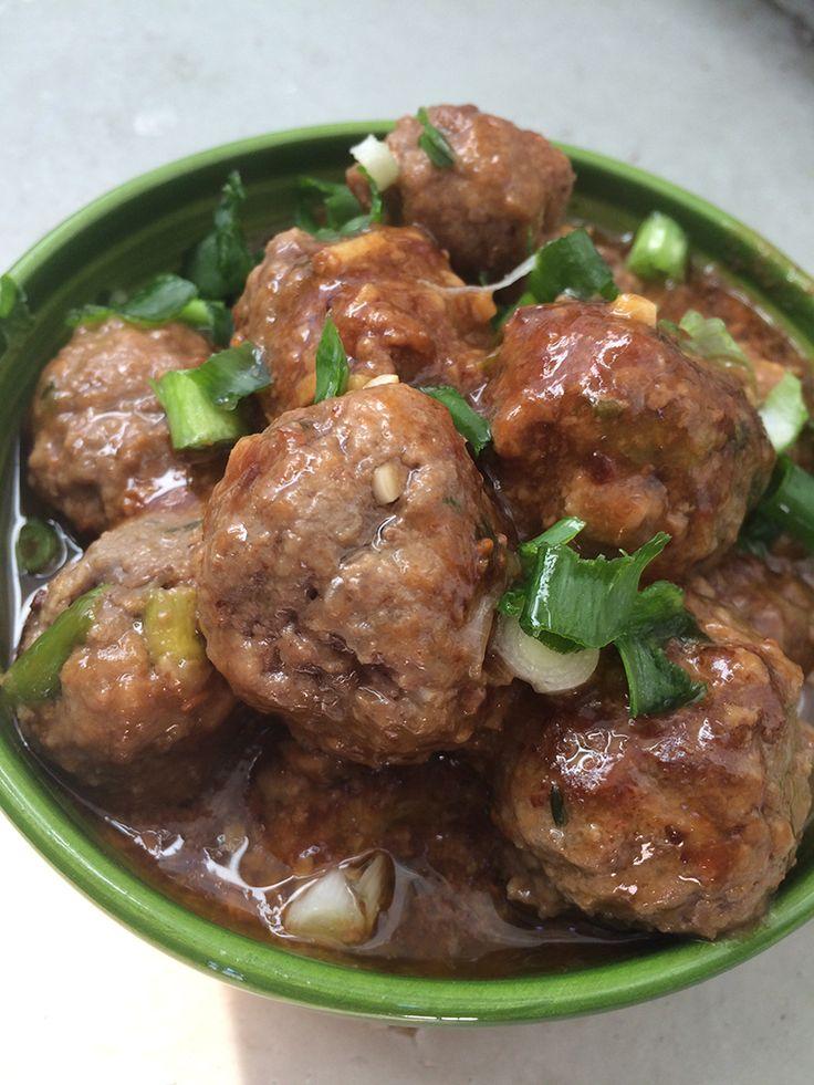 Teriyaki Gehaktballetjes Deze heerlijke gehaktballetjes zijn lekker met rijst, maar kunnen ook zo worden gegeten met vlees en groente. Daarnaast zijn ze ook handig om te gebruiken als tapas gerechtje of gewoon bij de borrel. Een heel veelzijdig hapje dus. Het zoete van de teriyaki en de scherpte van de Frank's hot saus is heel goed in balans. Hij is dus niet overheersend zoet of pittig. De bosui maakt dit gerechtje af