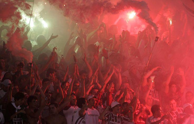 Aficionados del Fluminense de Brasil animan antes de un partido de fútbol Copa Libertadores contra Boca Juniors de Argentina en Río de Janeiro