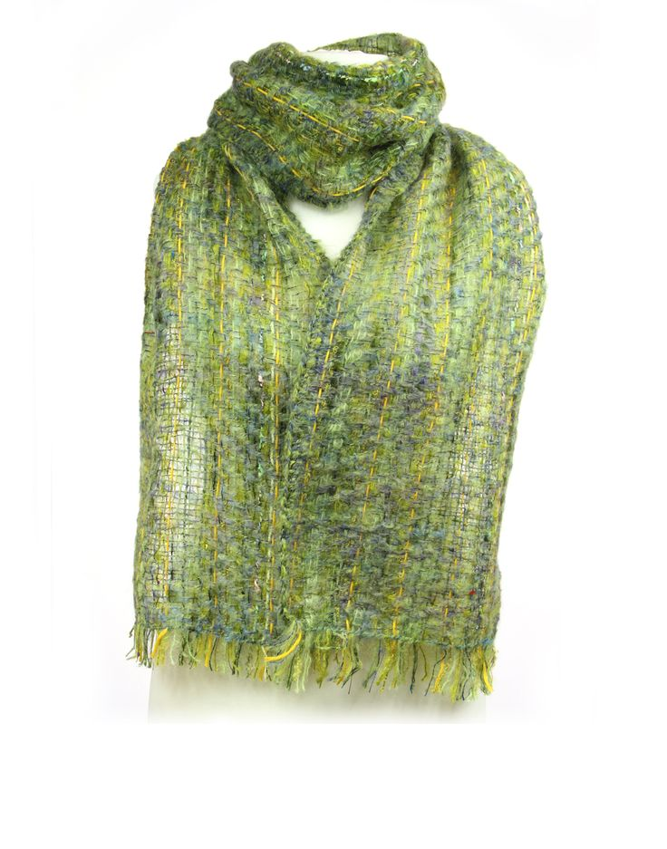 Les écharpes de Michèle, artisan tisserande, sont très chaudes et douces. Et pour cause, elles sont tissées en mohair. Cette laine est issue de la chèvre angora, c'est une des laines les plus chaudes et douces qui soit. Celle que Michèle achète est filée dans des filatures françaises. Pour une meilleure sensation de chaleur, ses écharpes sont tissées sérées, elles sont épaisses, vraiment chaudes et douces. C'est du made in France, fait main !