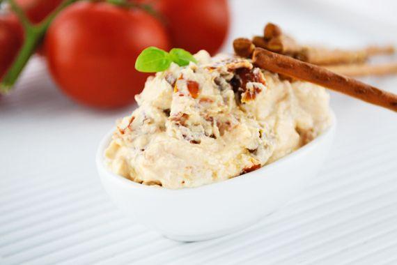 Der Tomatentopfen ist ein köstlicher Aufstrich oder Dip. Ein Rezept, mit wenig Aufwand, super zum Vorbereiten und gesund.