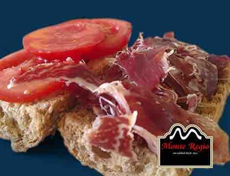 Bocadillo de tomate y jamón ibérico #MonteRegio ¡Feliz jueves!