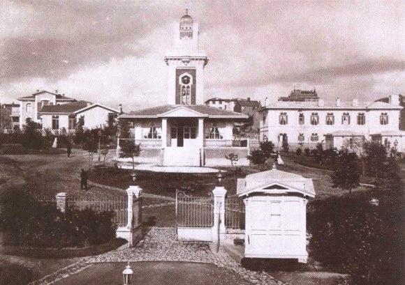 """Etfal hastanesi Abdülhamit hanın yaptırdığı saat kulesi ve Mescid Şişli Etfal Hastanesi Saat Kulesi, Sultan II. Abdülhamit tarafından 1899'da yaptırılan """"Hamidiye Etfal Hastanesi""""nin bahçesinde yer alır."""