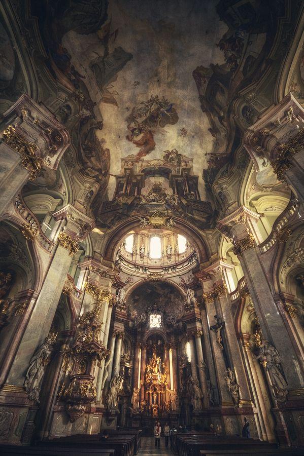 prague, church of st nicholas. photo by Roberto Pavic