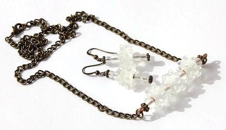 """Parure bronze avec collier et boucles d'oreilles assorties ornées de perles transparentes et dépolies en relief : """"Snowflakes"""""""