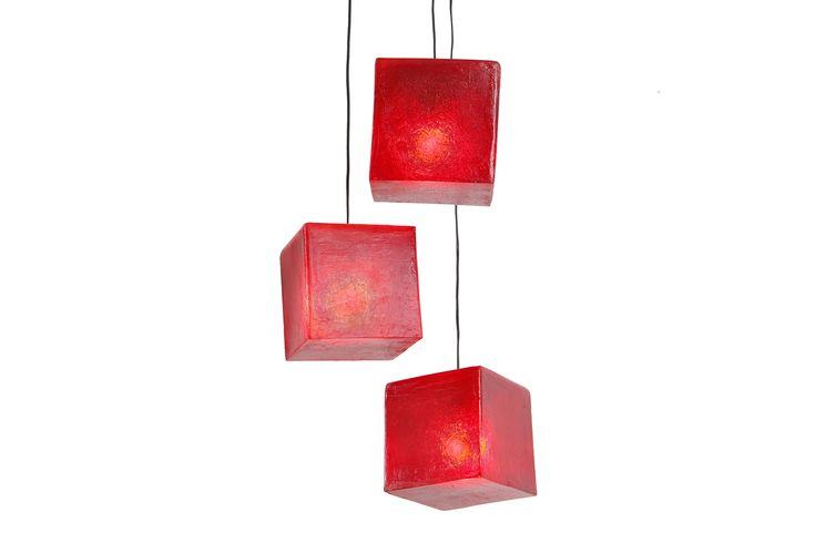 Χειροποίητο φωτιστικό από fiberglass, σε σχήμα κύβου. Μπορεί να χρησιμοποιηθεί ως φωτιστικό τραπεζιού ή οροφής.  Διαστάσεις: 20 x 20cm Xρώμα: Wine red / Βαθύ κόκκινο  Ως κρεμαστό φωτιστικό, δίνει φως και άποψη στο χώρο. Ως επιτραπέζιο φωτιστικό, μπορεί να τοποθετηθεί σε όλους τους χώρους (ακόμα και σε εξωτερικό), σε ράφι ή στο πάτωμα, ενώ μπορεί να χρησιμοποιηθεί και σαν night light σε παιδικό δωμάτιο.  Στις φωτογραφίες βλέπετε απόδοση φωτεινότητας των 25W, αντί για τη μέγιστη απόδοση…