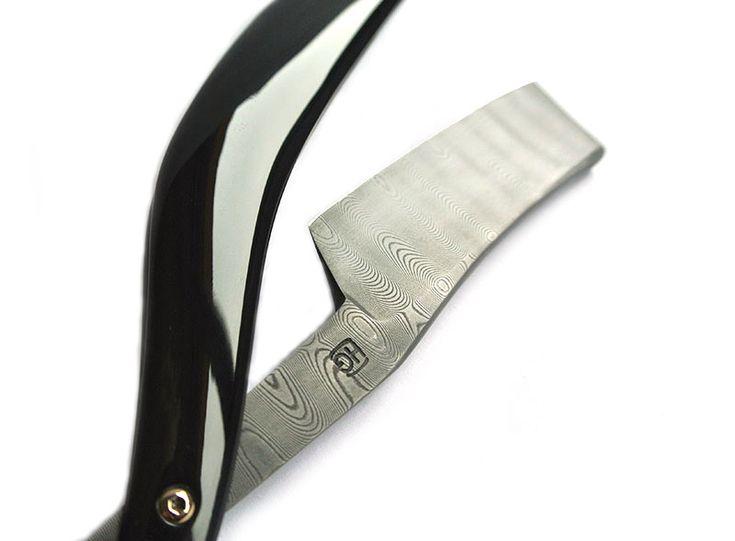 Damascus straight razor with buffalo horn scales