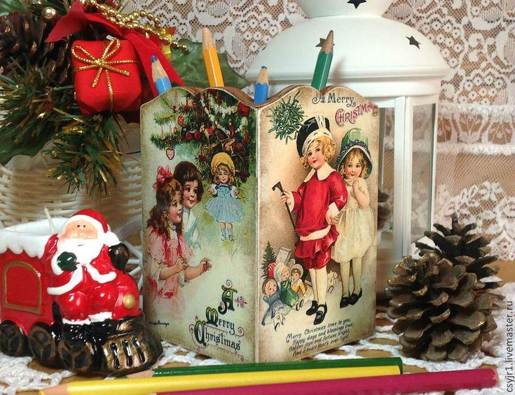 Купить или заказать карандашница 'Новогодние подарки' в интернет-магазине на Ярмарке Мастеров. Карандашница выполнена в технике 'декупаж'. Будет уютным домиком для ваших карандашей, ручек, кистей, линеек и т.д. Отлично украсит рабочий стол вашего ребенка. Так же, эту карандашницу, можно использовать как вазочку для еловой веточки и поставить ее на новогодний стол. Будет оригинальным подарком на Новый год для ваших родных, близких и знакомых! На карандашнице четыре разные ретро - откры…...