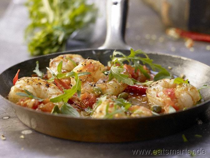Bringt die Urlaubsstimmung direkt nach Hause: Mediterrane Garnelenpfanne - smarter - mit Chili, Tomaten, Kapern und Rucola. Kalorien: 280 Kcal   Zeit: 20 min. #spain
