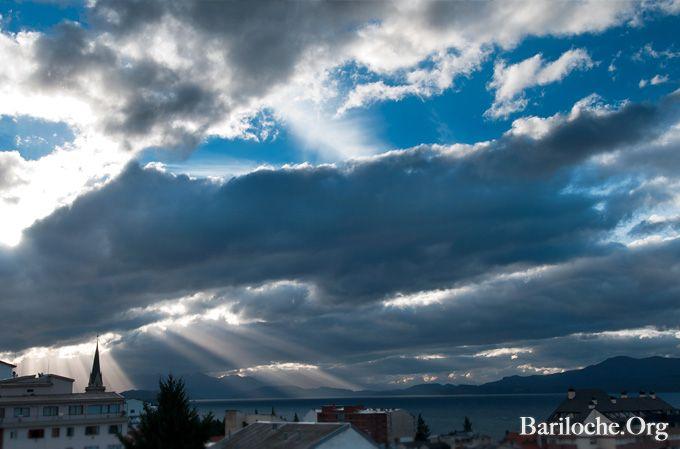 Rayos crepusculares iluminan la Iglesia Catedral en Bariloche. Buen comienzo de Semana!  www.bariloche.org