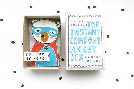 An manchen Tagen... brauchen Sie nur ein wenig Trost. Also dieser kleine handgemachte Schatz aus der Tasche ziehen und Sie fühlen sich sofort besser! Oder geben dieses Feld auf einen Freund, Ihr Lehrer, Mutter, Vater und so weiter auf ihn oder sie aufmuntern, es bringt absolut ein Lächeln ins Gesicht. Diese box es nur das kleine Extra!  Kleine Kiste mit 3D Abbildung ein Superheld Teddybär und die süße Worte: Du bist mein Held  Größe: 5.3 x 3.5 x 1,3 cm / 2.1 x 1,4 x 0,5---> Dies ist eine…