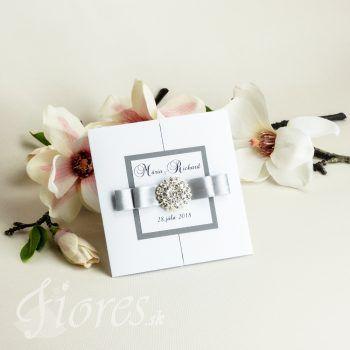 Moderné a zároveň luxusné svadobné oznámenie v bielo – sivej kombinácií, štvorcového tvaru krídlovo otvárateľné. #weddingcard #wedding  #invitation #fiores #fioressk