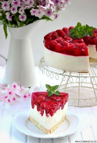 Pomysł, aby przygotować jogurtowca z malinami powstał dość spontanicznie. Kilka opakowań malin czekało na przygotowanie soku, ale jakoś zapału do wyparzania