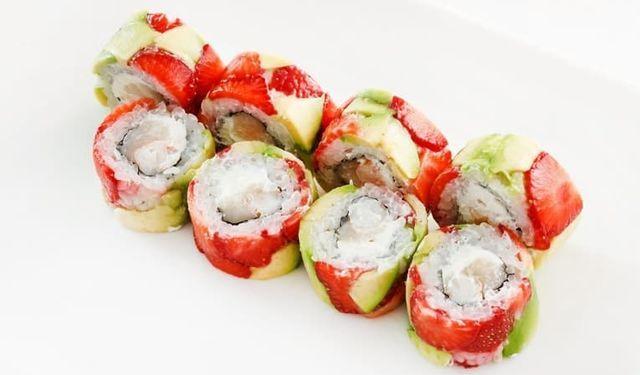 Sushi, aké ste nejedli? Sladkú dobrotu s ovocím urobíte podľa VIDEOnávodu | DobreJedlo.sk