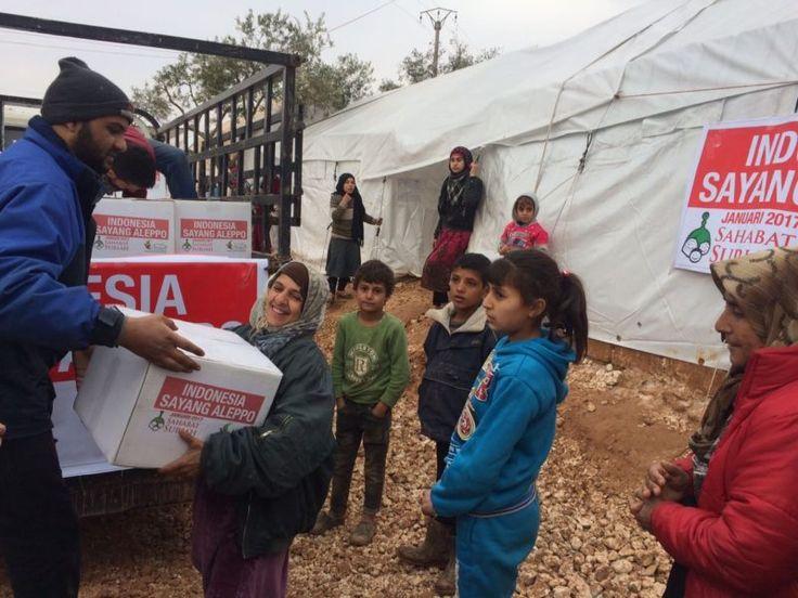 Alhamdulillah Tanda Cinta Keluarga Indonesia Telah Sampai di Desa Al-Qah Idlib  Foto: Sahabat Suriah | Sahabat Al-Aqsha  IDLIB Jumat (Sahabat Al-Aqsha | Sahabat Suriah): Alhamdulillah Rabu 4 Januari lalutruk Sahabat Suriah bergerak menuju kamp pengungsi Rahmah di desa Al-Qah Idlib Suriah Utara. Salah satu tempat ribuan keluarga kita dari Aleppo yang mengungsi di perkebunan zaitun dekat perbatasan Suriah-Turki. Alhamdulillah tanda cinta keluarga Indonesia kepada keluarga-keluarga Suriah…