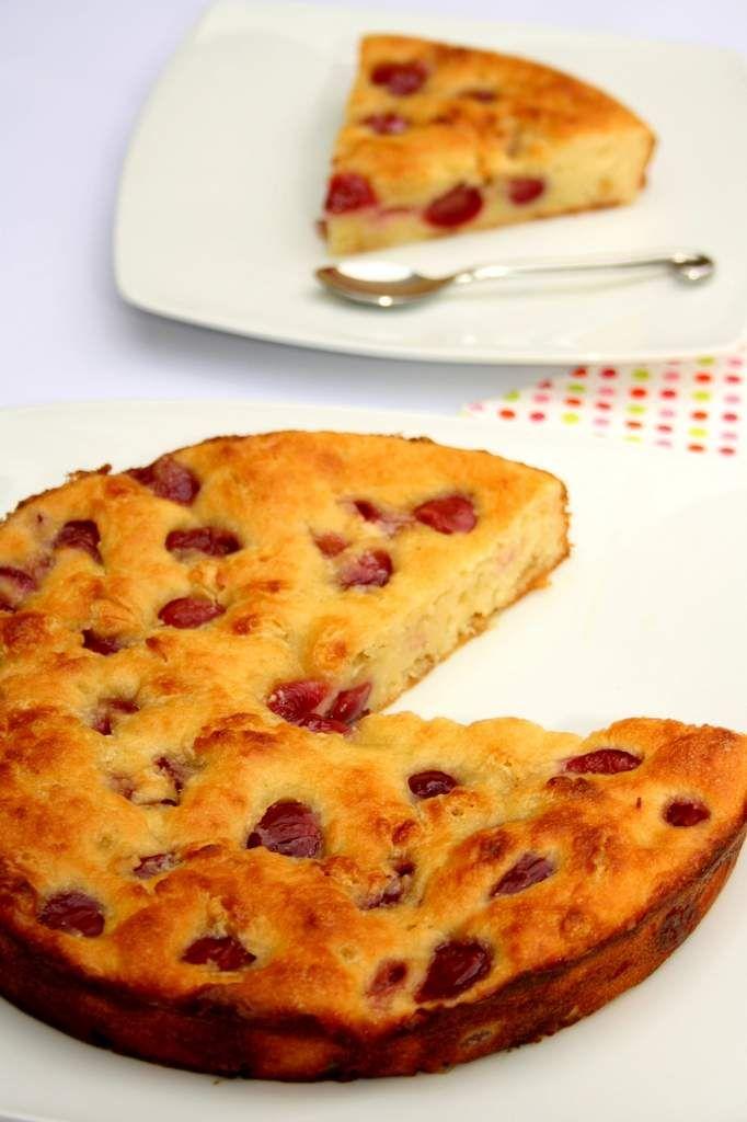 Fondant allégé aux cerises et chocolat blanc, sans sucre ni beurre !  Un gâteau peu calorique pour se faire plaisir sans culpabiliser avant l'été ;) Weight Watchers