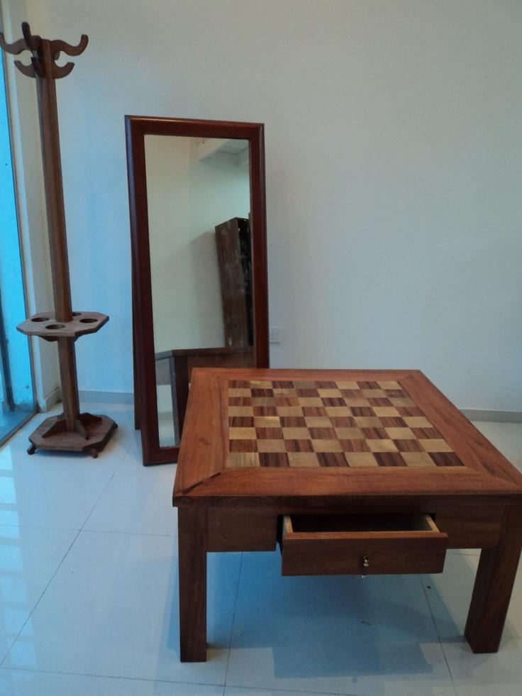Mesa ratona en varias maderas masisas con tablero de ajedrez
