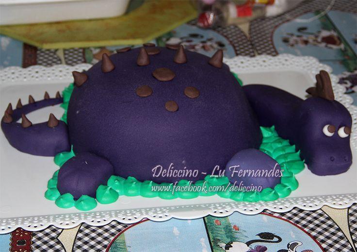Bolo em forma de dinossauro, totalmente comestível, patas, pescoço e cabeça feitos de bolo também.