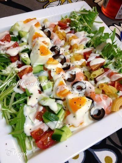 コブサラダ  チキンや卵、アボカド、トマトなどをサラダリーフやレタスと盛り付けたアメリカ発の色鮮やかなサラダです。サラダだけでお腹いっぱいになること間違いなし!濃厚なドレッシングで食べるのがおすすめです。   | 野菜不足を解消するために、美味しく食べられるサラダを毎日用意してみませんか?栄養が偏りがちな現代人におすすめです。今回は、1週間分のサラダレシピをご紹介していきます。