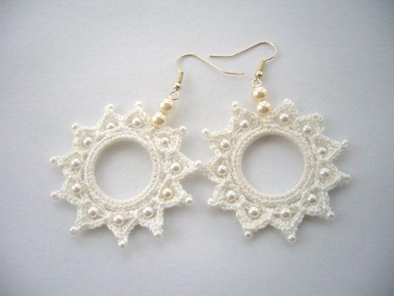 Orecchini di perline cotone bianco cerchio di CraftsbySigita