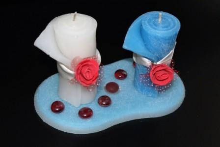 https://flic.kr/p/K8hYvD   CENTRO DE MESA ARTESANAL – HECHO DE CERA   Centro de mesa compuesto de dos velas enrolladas, una blanca y una azul de 45 x 95 mm, decoradas con una rosa roja de fieltro y una cinta blanca + un plato de cera blanco y azul, de 180 x 90 mm, que tiene una particular forma ovalada, decorado con seis piedritas rojas brillantes y una roja opaca. Con aceite esencial 100% natural de limón.   Artesanal.  También en:  www.ilmiomondoincera.com