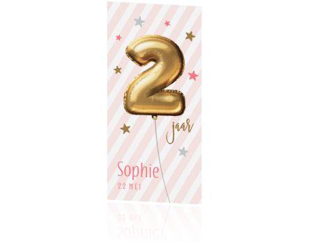 Trendy uitnodiging voor een meisje van 2 jaar met een hippe gouden ballon in de vorm van een twee kleine lieve sterretjes op een schuine roze met witte streepjes achtergrond. Hippe uitnodiging van Luckz.